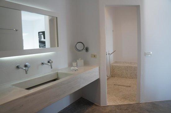 Grace Santorini Hotel: Spacious shower and vanity area
