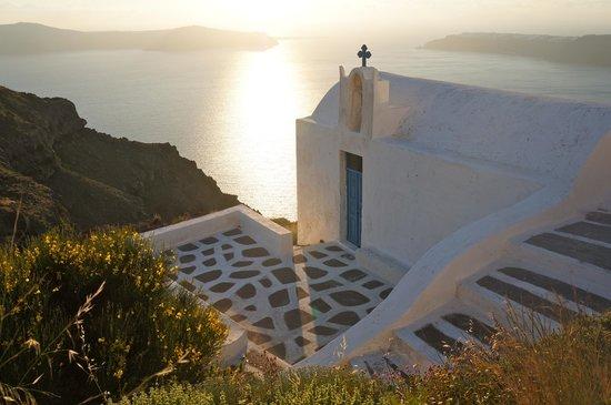Grace Santorini Hotel: View down the public pathway toward Skaros