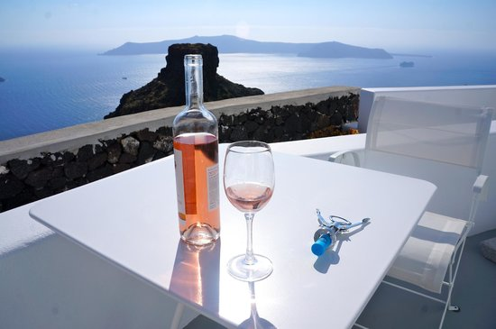 Grace Santorini Hotel: Table and chairs on deck for in-room dining