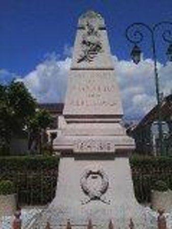 Premiere Classe Roissy - Le Mesnil Amelot: War Memorial