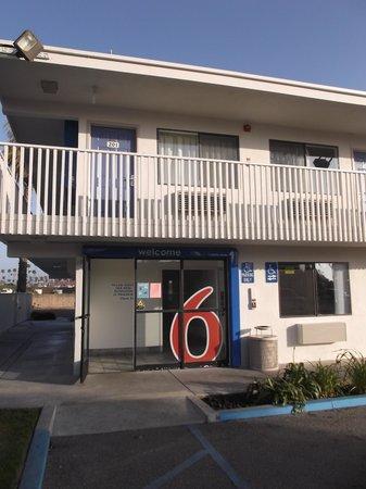 Motel 6 Ventura Beach : Reception entrance.