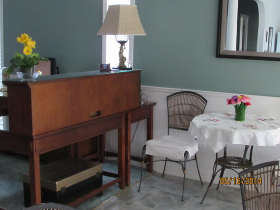 Newcastle Country Inn: Check-in at our front desk