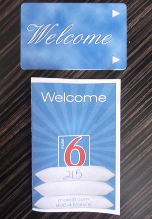 Motel 6 Ventura Beach : Room 215 kit.