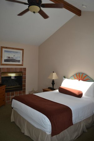 Inn at Haystack Rock: Beautiful room, clean and lovely, see the sun coming in onto the bed was a hot room.