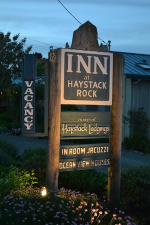 Inn at Haystack Rock: Sign out front of the property.