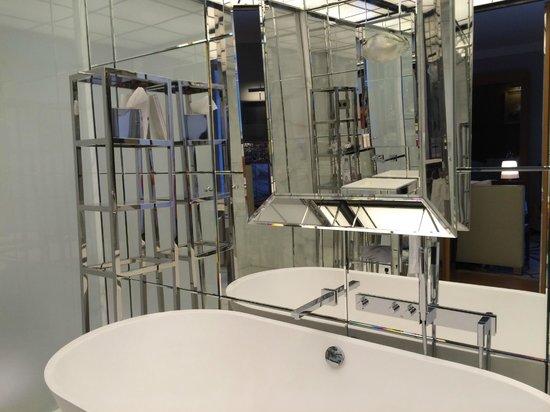 Le Royal Monceau-Raffles Paris: mirrors EVERYWHERE!