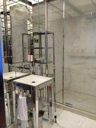 Le Royal Monceau-Raffles Paris: White marble and chrome, mirrors!!!