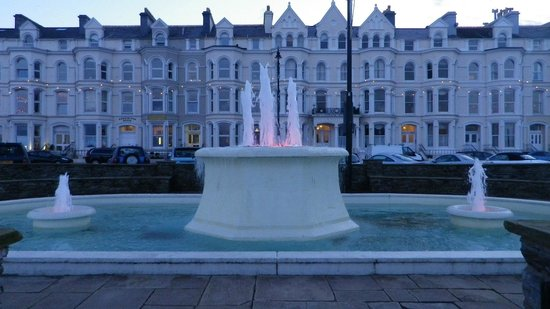 Ellan Vannin Hotel : FRONT VIEW OF HOTEL BY THE FOUNTAIN