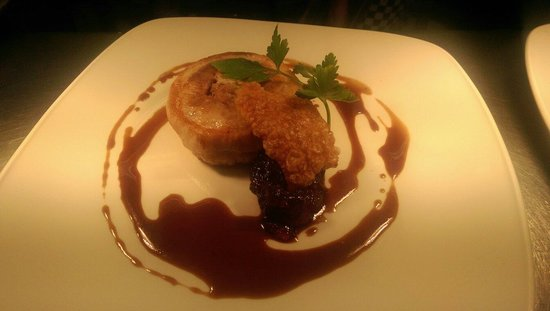 Kings Head Hotel Restaurant: Slow roasted pork belly with broome farm cider jus and pear compot.