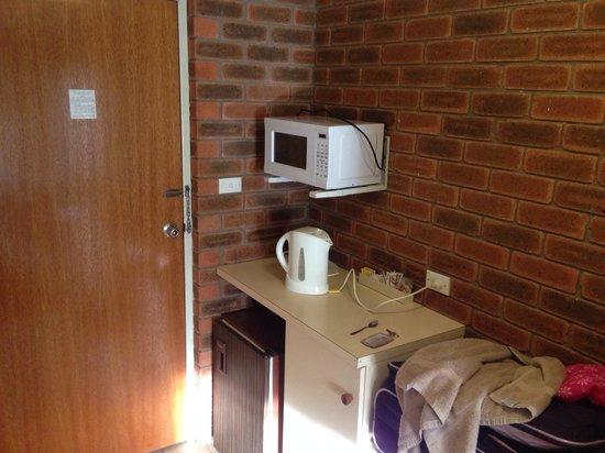 Balranald Colony Inn Motel : Basic kitchenette