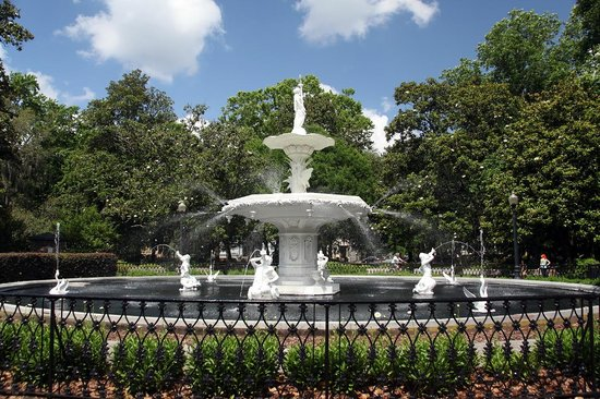Old Town Trolley Tours of Savannah : Forsyth Park Fountain