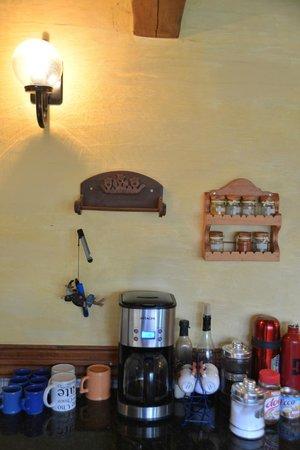 Universal Traveller's Lodge Hostel: Functional kitchen