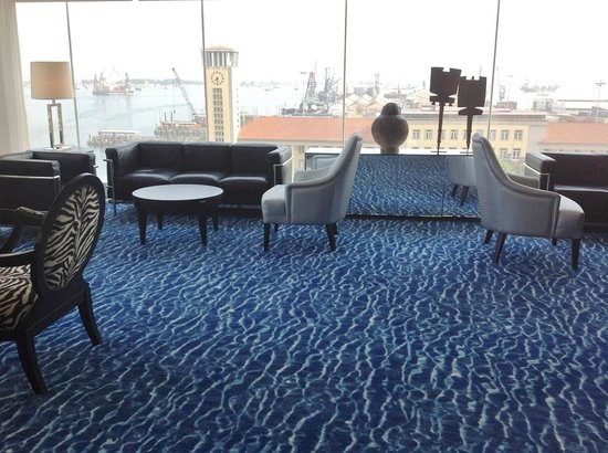 Hotel Presidente Luanda: Vista do bar Baía para o porto de Luanda