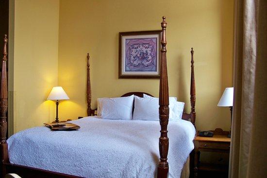 Hampton Inn & Suites Convention Center: Hampton - Four-poster beds.