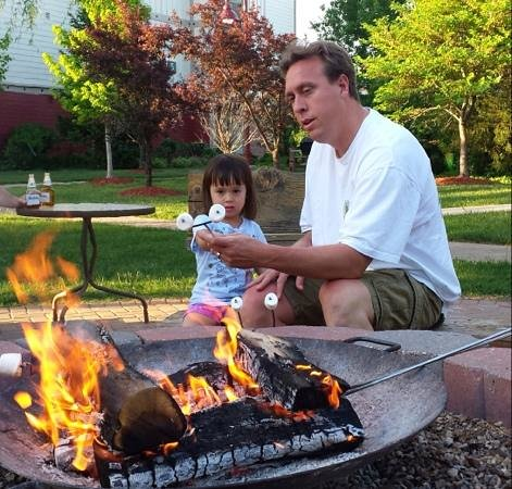 Marriott's Willow Ridge Lodge: Father Daughter enjoying free s'mores