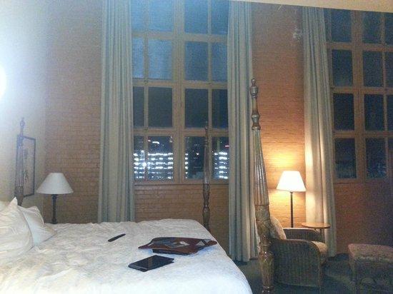 Hampton Inn & Suites Convention Center: Hampton - Massive windows - black-out drapes.