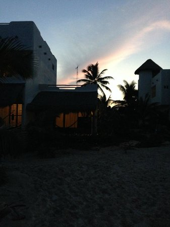 Almaplena Eco Resort & Beach Club: Nuestro Bungalow al atardecer...