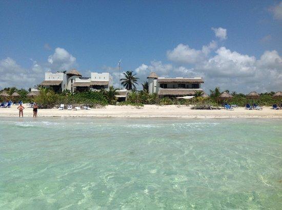 Almaplena Eco Resort & Beach Club: El hotel desde el agua...