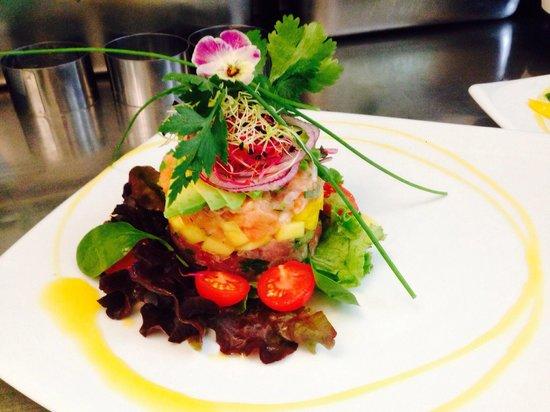 Le Citronnier : Salmon and tuna tartar with mango and avocado salsa