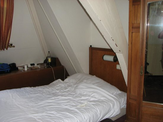 Hotel Agora: double bed between roof beams