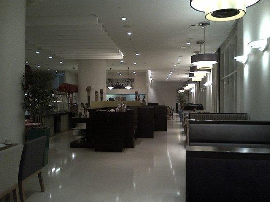 Grand Millennium Al Wahda: Large breakfast area