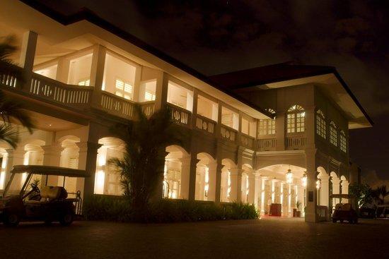 Capella Singapore: 夜の正面玄関