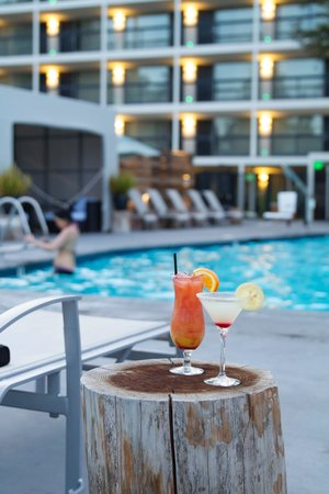 Solaire Restaurant + Bar : Cocktails by the Pool