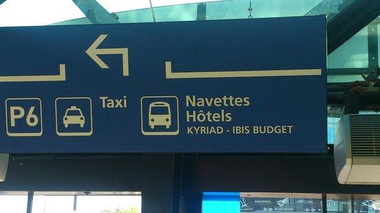 Kyriad Lyon - Aéroport Saint Exupéry : 空港内にあったシャトルバスの案内