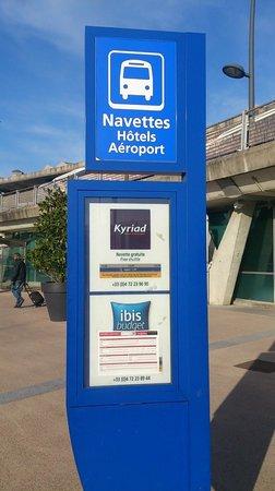 Kyriad Lyon - Aéroport Saint Exupéry : 空港一階のシャトルバス停