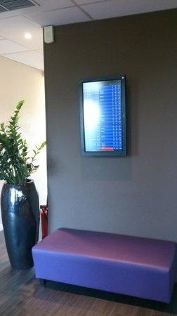 Kyriad Lyon - Aeroport Saint Exupery: ロビーにチェックインカウンターとゲートの案内が掲示