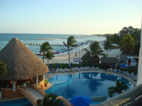 Gran Porto Resort: A view from our Ocean front balcony to the right of the hotel, beyond bar, beautiful!