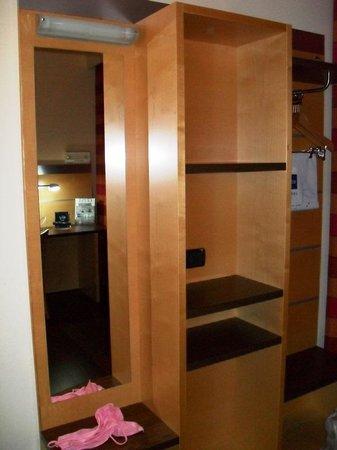 Stanza armadio foto di idea hotel torino mirafiori - Stanza armadio ...