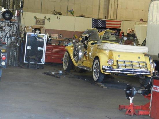 Warner Bros. Studio Tour Hollywood : Gatsby car getting a tune up