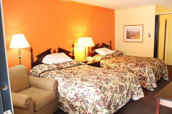 Colonial Inn: Two Double Beds