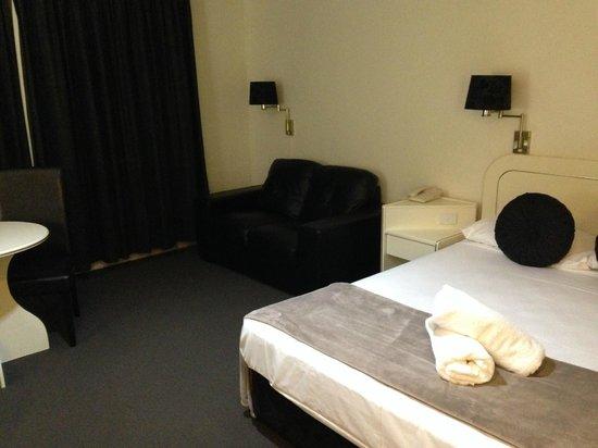 Best Western Ballina Island Motor Inn: black leather love seat
