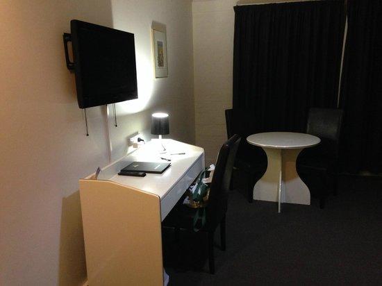Best Western Ballina Island Motor Inn : TV and desk