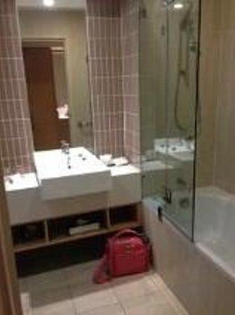 Rydges Campbelltown Sydney: Bathroom very clean and modern