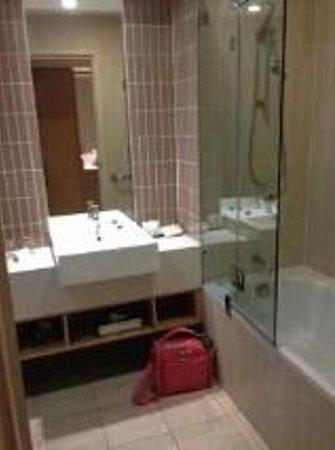 Rydges Campbelltown Sydney : Bathroom very clean and modern