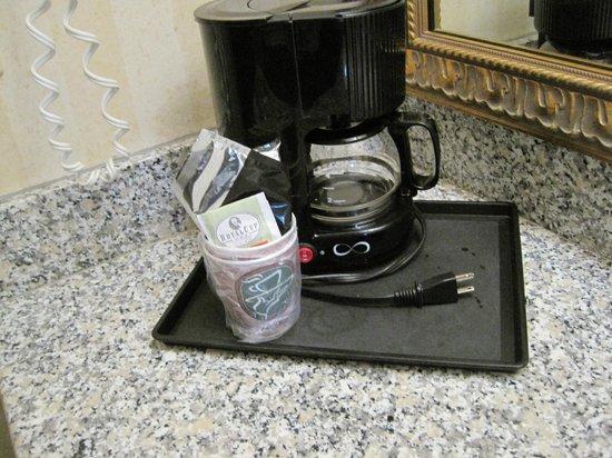 Stanford Inn & Suites: Cafeteira no quarto