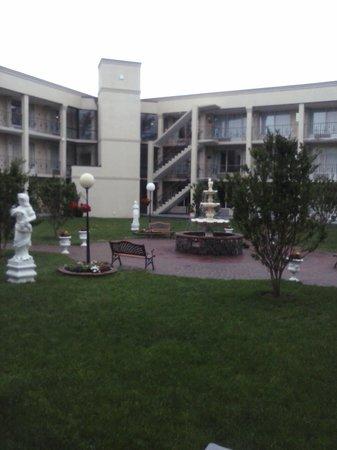Quality Inn & Suites: Nice central fountain with statues