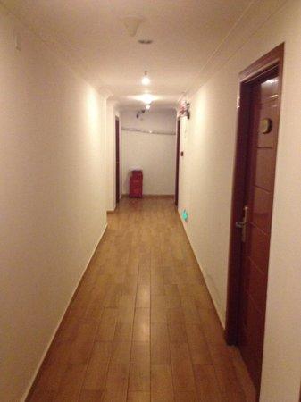 Lazy Gaga Hostel: Rooms hall...