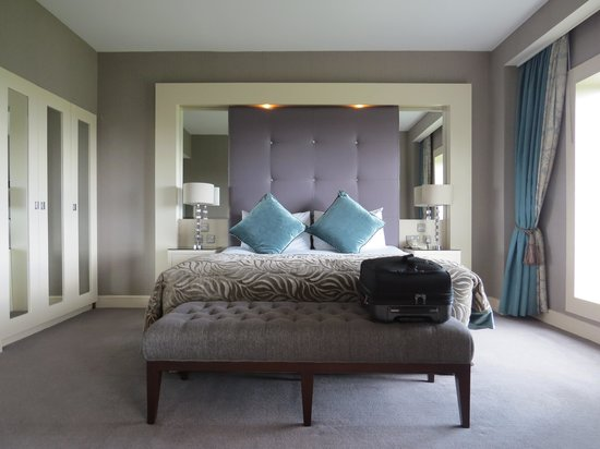 Portmarnock Hotel and Golf Links: bridal suite bedroom