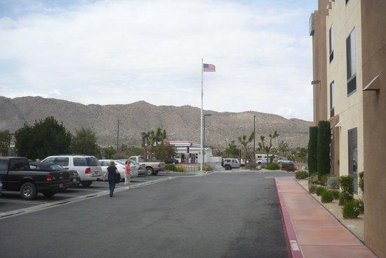 BEST WESTERN Joshua Tree Hotel & Suites : Parking area outside Hotel