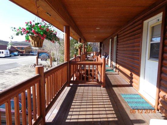 Redfish Riverside Inn : Front deck