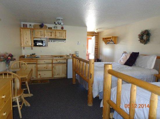 Redfish Riverside Inn : Kitchenette view of room