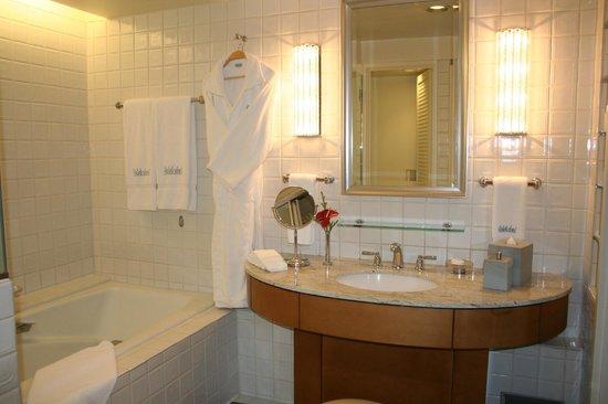 Halekulani Hotel: Bathroom