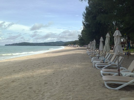 Dusit Thani Laguna Phuket: Beautiful beach with comfortable beach chair