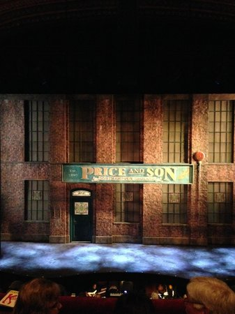 Kinky Boots on Broadway: Cenário inicial