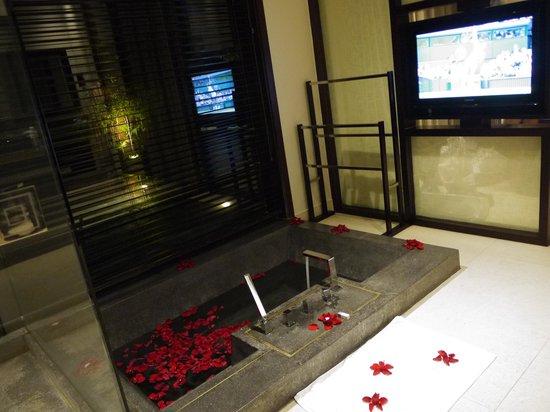 Fusion Maia Da Nang : テレビや外の景色を眺めながら入れる浴槽