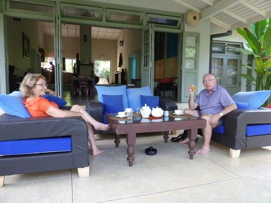 Hibiscus Villa : family members having breakfast and relaxing in th patio area